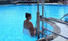 Instalación de una silla grúa en la piscina de la Comunidad