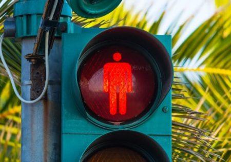 Culpa del peatón por cruzar el semáforo en rojo